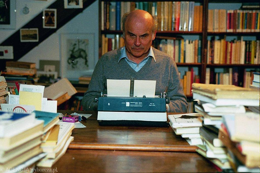 Ryszard Kapuściński w swojej pracowni w 1992 r. (fot. Krzysztof Miller/AG)