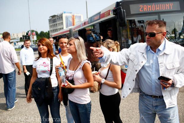 https://bi.gazeta.pl/im/7/8252/z8252577Q,Rutkowski-z-wolontariuszami-szuka-zaginionej-Iwony.jpg