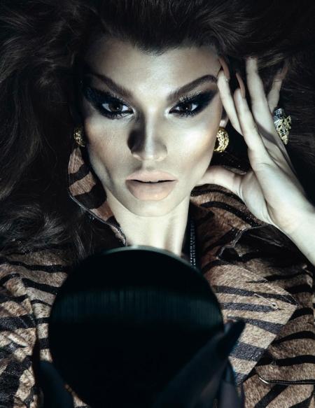 Vogue Paris grudzień 2010 - Crystal Renn