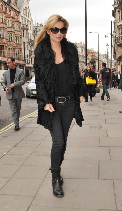 Kate Moss idzie do restauracji w czarnym stroju - marzec 2011