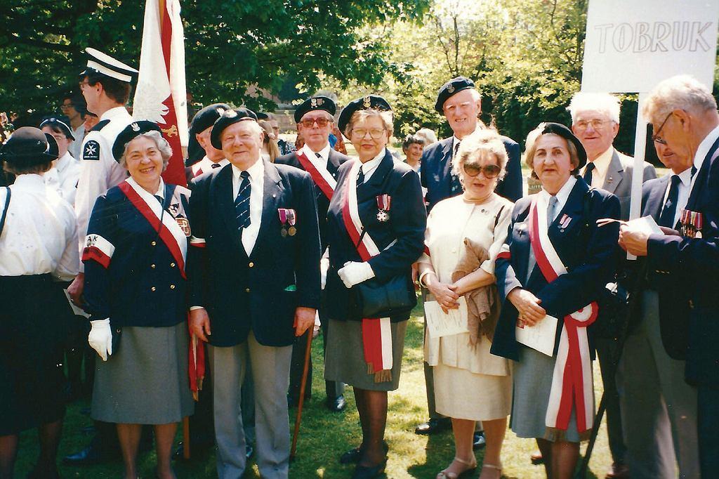 Wira, w pierwszym rzędzie po lewej, wraz z kolegami i koleżankami z AK podczas uroczystości na cmentarzu w Gunnersbury. W środku Marta (w sukience) i Hania po prawej (fot. archiwum prywatne)