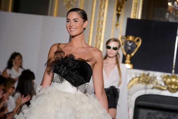 Eva Minge haute couture jesień-zima 2015 - modelka Sara Kondal w finale pokazu