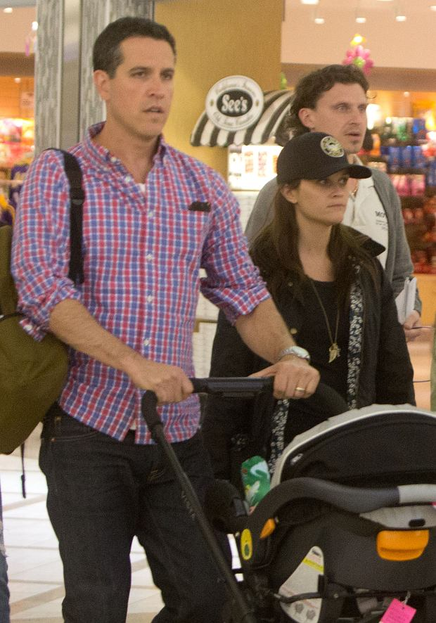 ??BAUER-GRIFFIN.COM Reese Witherspoon wears an Atlanta Police Department Hat as she arrives at LAX (Los Angeles International Airport) with her husband Jim Toth and their baby son Tennessee James. NON-EXCLUSIVE May 4th 2013 Job:130505NR1 Los Angeles, CA www.bauergriffin.com www.bauergriffinonline.com