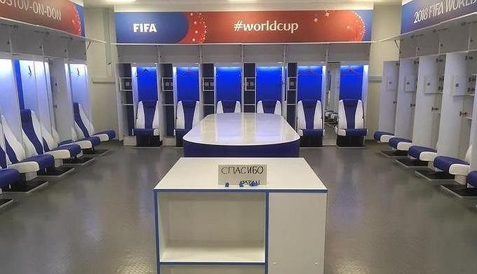 https://bi.gazeta.pl/im/77/88/16/z23627127V,Szatnia-pozostawiona-przez-zespol-Japonii-po-meczu.jpg