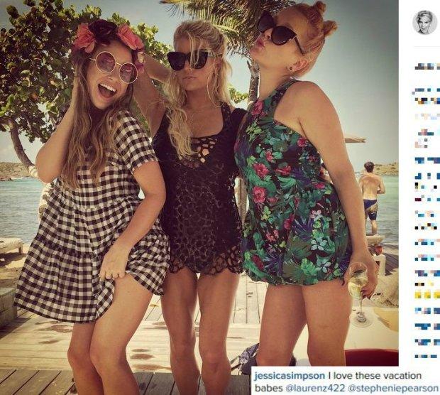 Jessica Simpson z przyjaciółkami