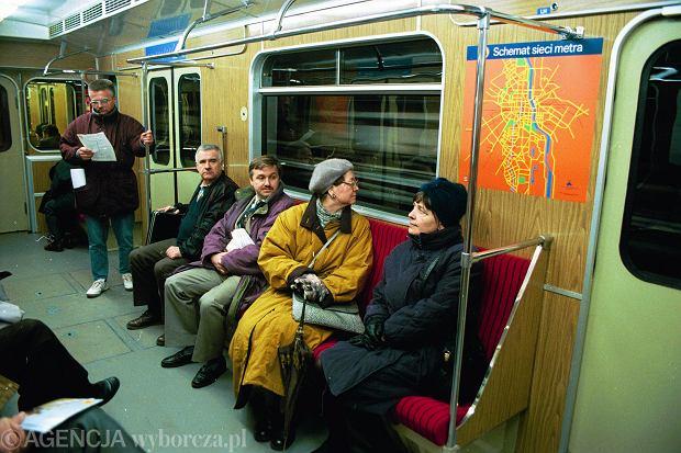Pierwsi pasażarowie metra w dniu otwarcia 7 kwietnia 1995 roku