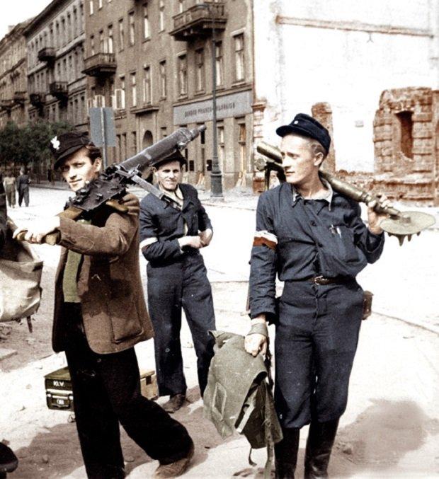 Hej chłopcy, bagnet na broń! / fot. Joachim Joachimczyk / Materiały Muzeum Powstania Warszawskiego [CC BY 3.0 (http://creativecommons.org/licenses/by/3.0)], Wikimedia Commons