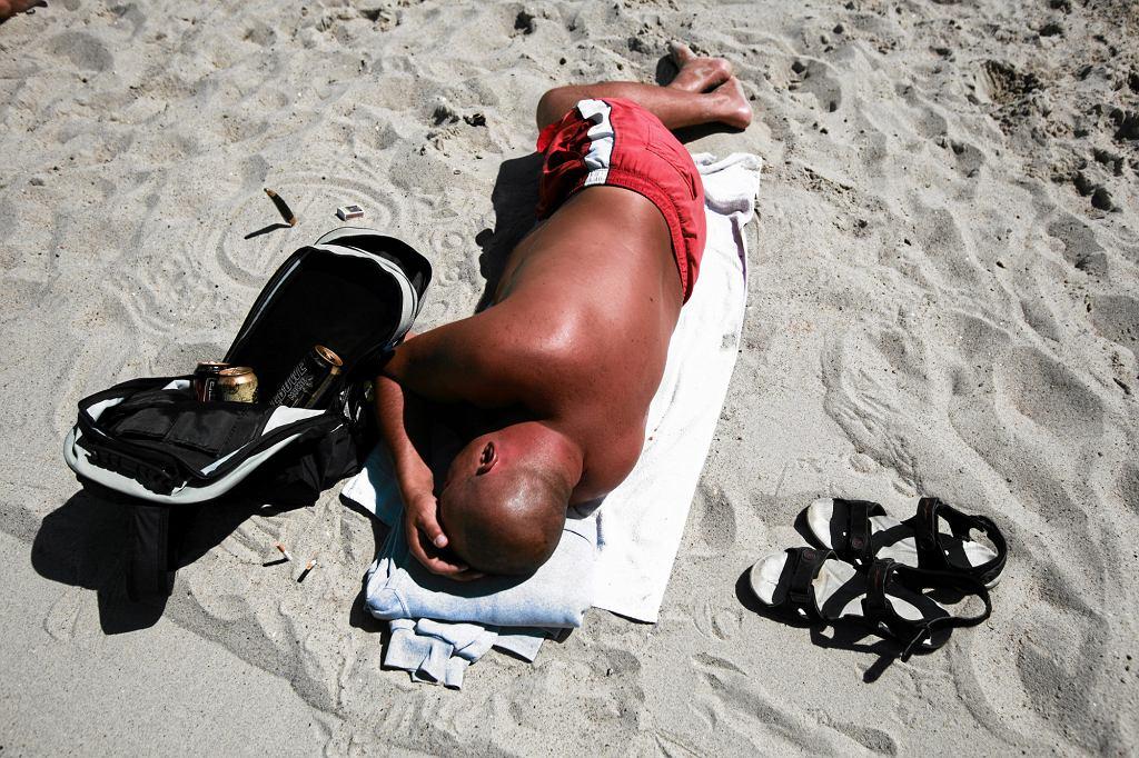 Ładna pogoda, plaża, smaczne jedzenie i alkohol - to wystarczy, by urlop okazał się udany (fot. Dominik Sadowski / Agencja Gazeta)