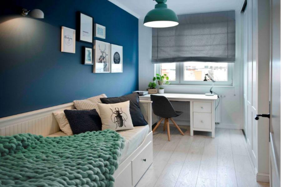 Białe meble i granatowe ściany - połączenie idealne