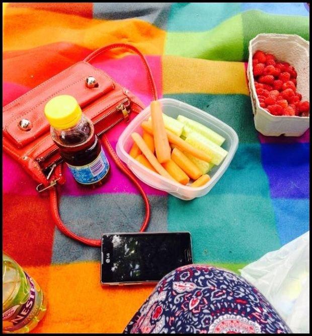 Smartfon i witaminy / fot. Agata Uhle
