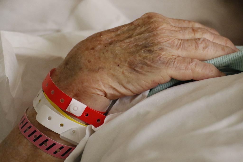 Wiele szpitali od lat bezsilnie obserwuje podrzucanie staruszków na oddział pod byle pretekstem (fot. mcrosno / iStockphoto.pl)