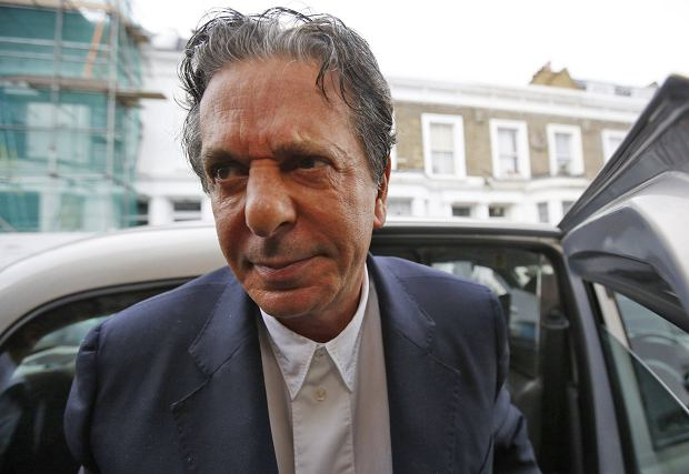 Art collector Charles Saatchi arrives at his home in west London June 18, 2013. Saatchi has been cautioned by police for assaulting his wife, the celebrity chef Nigella Lawson, after being photographed grabbing her by the throat in an incident that has fueled a debate in Britain about domestic violence. REUTERS/Olivia Harris (BRITAIN - Tags: ENTERTAINMENT CRIME LAW MEDIA)
