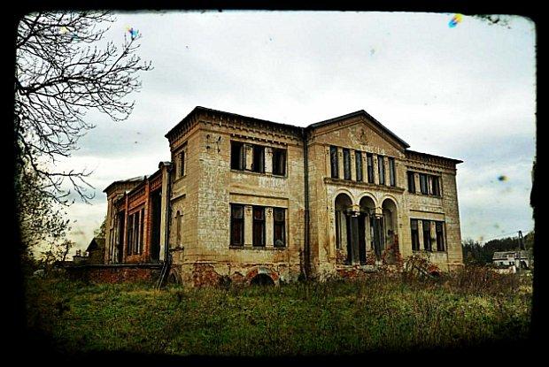 Dwór w Zaborowie. Zbudowany w I połowie XIX w. Po wojnie służył jako ośrodek zdrowia/fot. Inaa