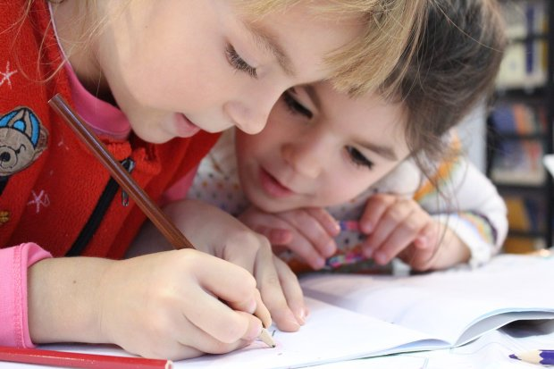 Czy sześcioletnie dzieci są gotowe, aby godzinami odrabiać prace domowe? (fot.klimkin)