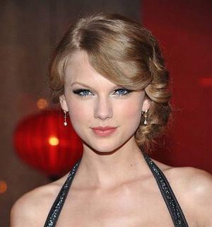 Recording artist Taylor Swift arrives at the 2010 BMI Country Awards Tuesday, Nov. 9, 2010 in Nashville, Tenn.   (AP Photo/Evan Agostini)