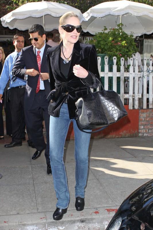 53-letnia aktorka Sharon Stone wychodzi z restauracji w aksamitnym żakiecie i dżinsach