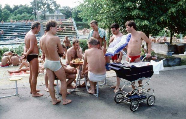 Ale bądźmy szczerzy, lata 80 to była NIECO inna rzeczywistość także i dla dorosłych (fot. Wojtek Laski/ East News)