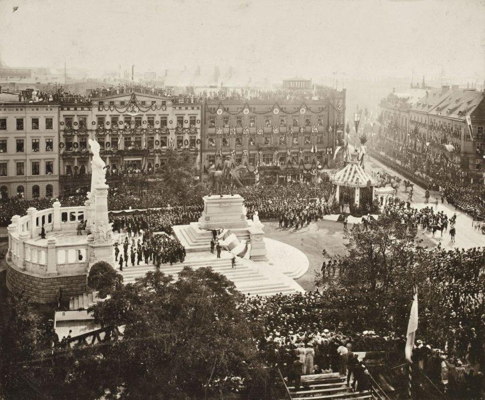 https://bi.gazeta.pl/im/83/2b/10/z16955267V,Pomnik-cesarza-Wilhelma-I--dzis-stoi-w-tym-miejscu.jpg