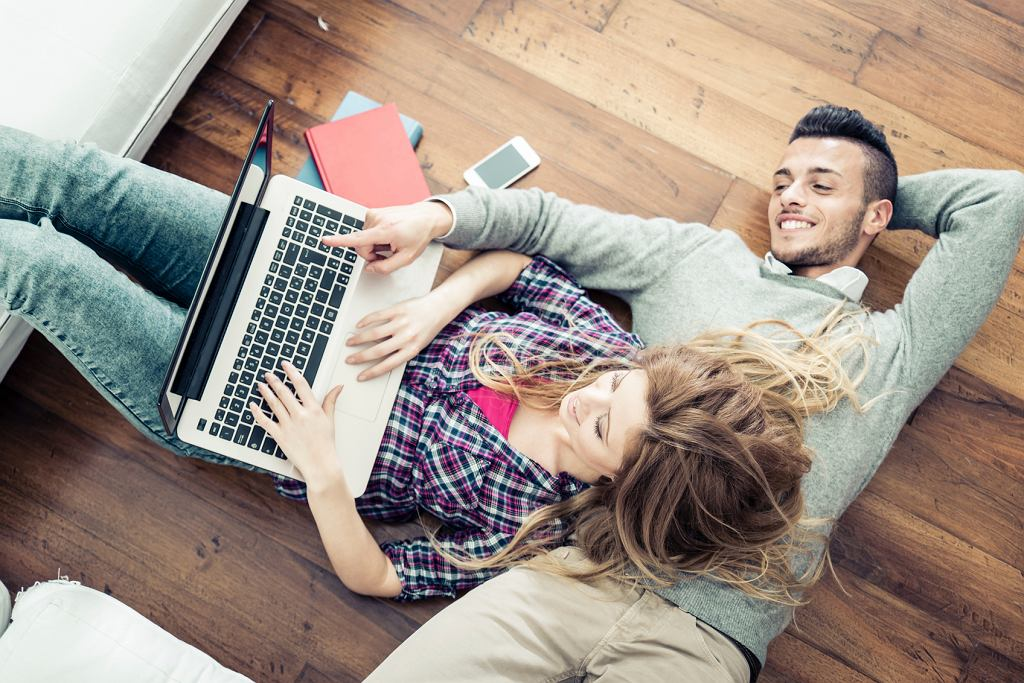 Statystyki pokazują, że spożywcze zakupy internetowe jako pierwsi odkryli ludzie młodzi (fot. istockphoto.com / ONEINCHPUNCH)