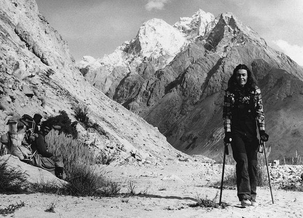 W Karakorum drogę do bazy pod K2 Wanda przeszła o kulach, 1982 r. (fot. Zbiory Muzeum Sportu i Turystyki)