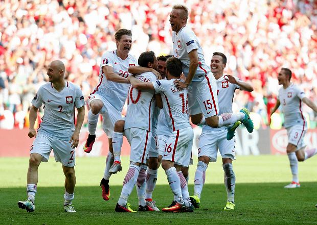 Football Soccer - Switzerland v Poland - EURO 2016 - Round of 16 - Stade Geoffroy-Guichard, Saint-Étienne, France - 25/6/16 Poland's Grzegorz Krychowiak celebrates with team mates after scoring the winning penalty during the penalty shootout REUTERS/Kai Pfaffenbach Livepic SLOWA KLUCZOWE: 2016 Soccer