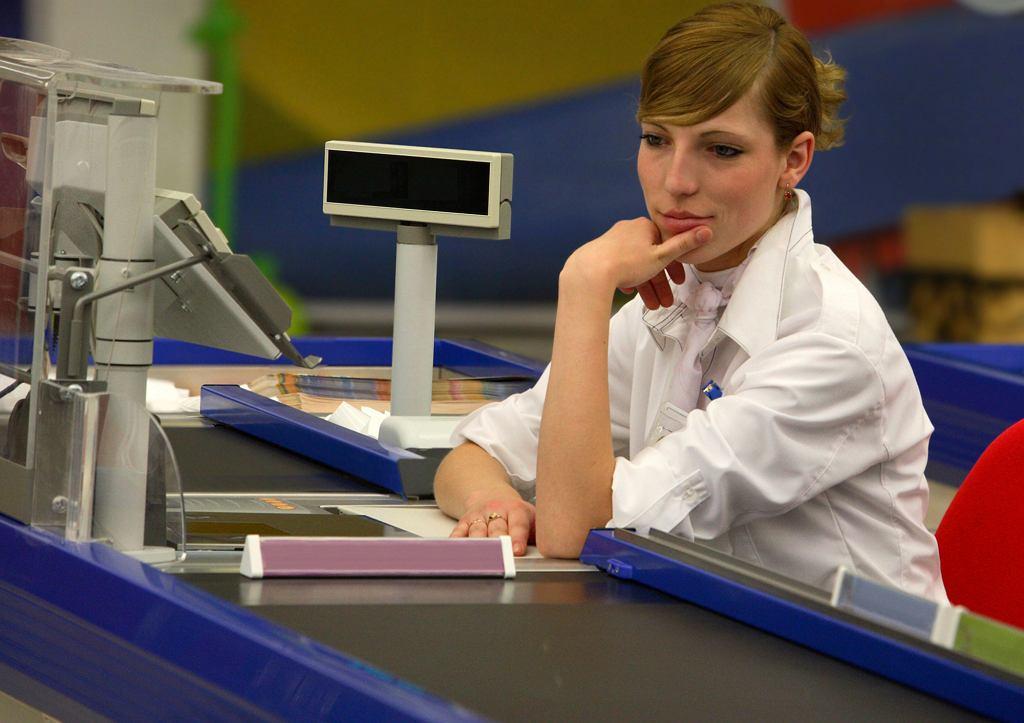 Joanna, siedząc na kasie w jednym z hipermarketów, zarabiała 5 zł na godzinę (fot. horsemen / iStockphoto.com)