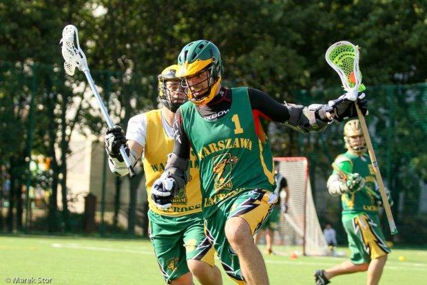Piotrek Szubryt na pierwszym planie (w zielonym kasku) podczas gry w lacrosse