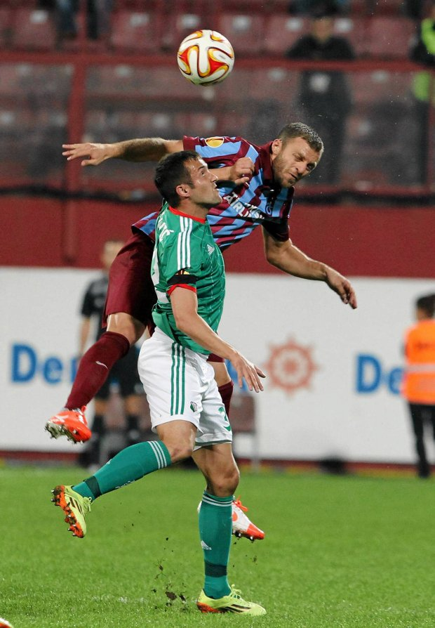 Trabzonspor's Avraam Papadopoulos, rear, and Miroslav Radovic of Legia Warsaw vie for the ball during the Europa League Group L soccer match between Trabzonspor and Legia Warsaw, at Avni Aker Stadium in Trabzon, Turkey, Thursday, Oct. 2, 2014. (AP Photo) SLOWA KLUCZOWE: XUEROPALEAGUEX