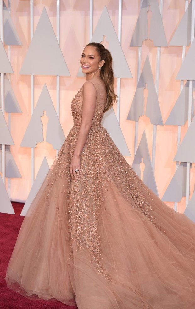 Jennifer Lopez arrives on the red carpet for the 87th Oscars February 22, 2015 in Hollywood, California. AFP PHOTO / MARK RALSTON