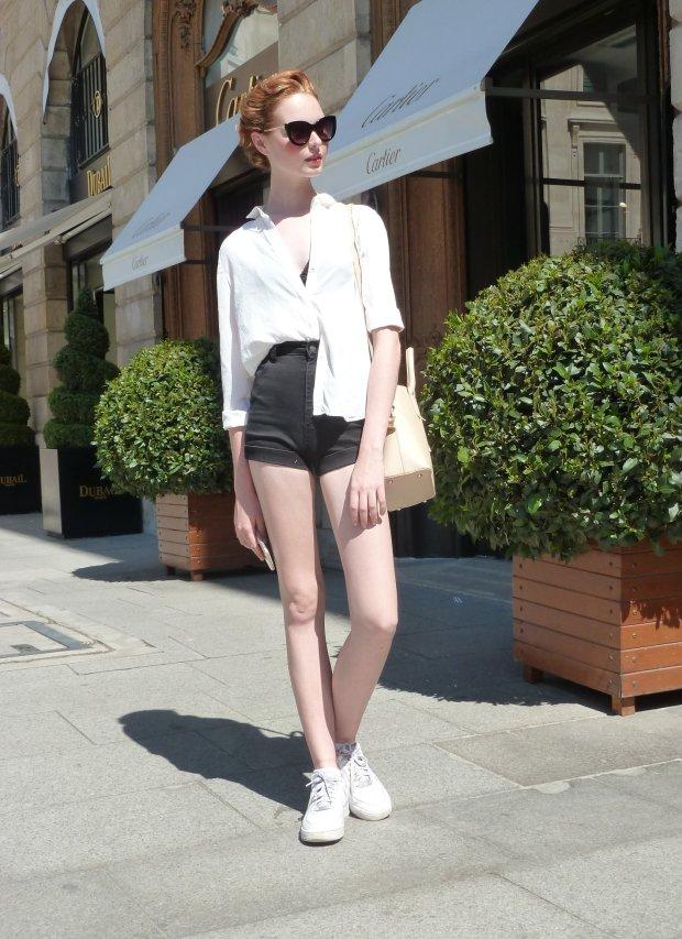Street fashion - modelka po pokazie Schiaparelli Couture