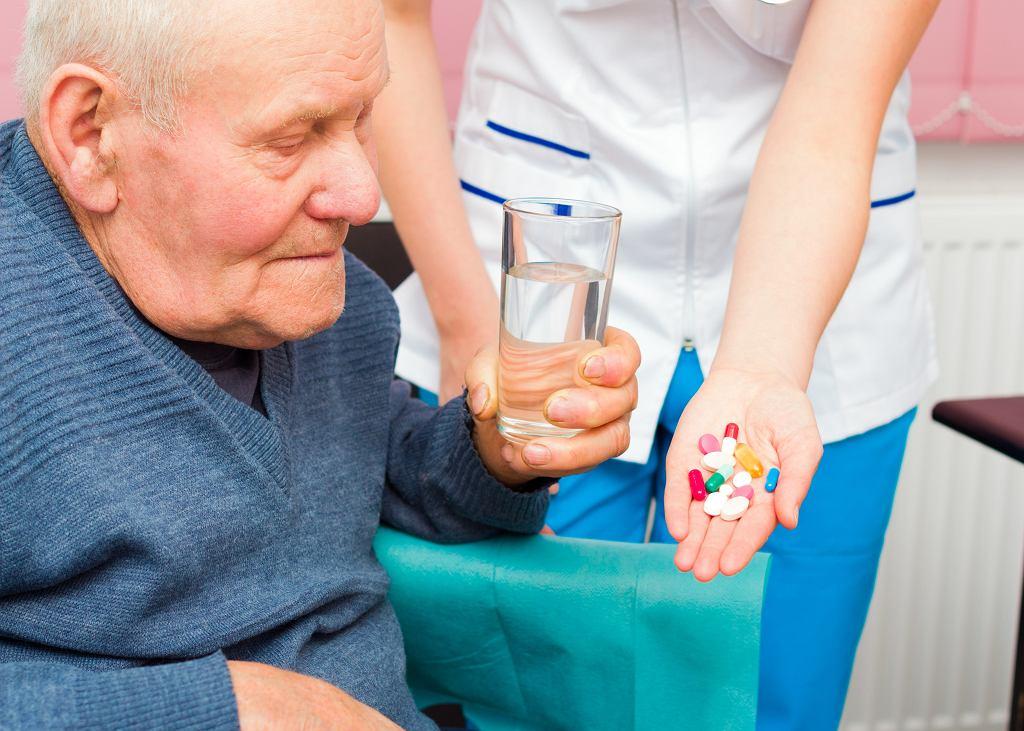 Przyczyną hospitalizacji jest często odwodnienie to którego bardzo łatwo umyślnie doprowadzić (fot. Barabasa / iStockphoto.pl)