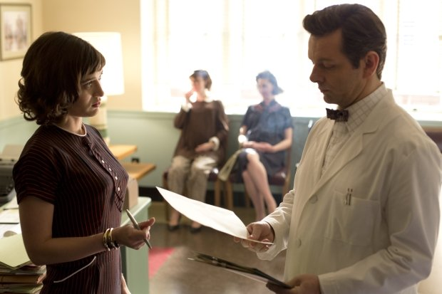 Lizzy Caplan as Virginia Johnson and Michael Sheen as Dr. William Masters in Masters of Sex (season 1, episode 3) - Photo: Peter Iovino/SHOWTIME - Photo ID: MastersofSex_103_01218BIM8BIM