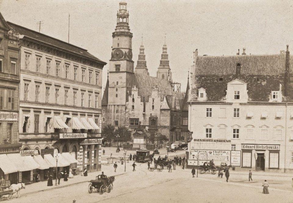 https://bi.gazeta.pl/im/8f/2b/10/z16955279V,Zachodnia-fasada-ratusza--widok-z-pl--Solnego--W-g.jpg