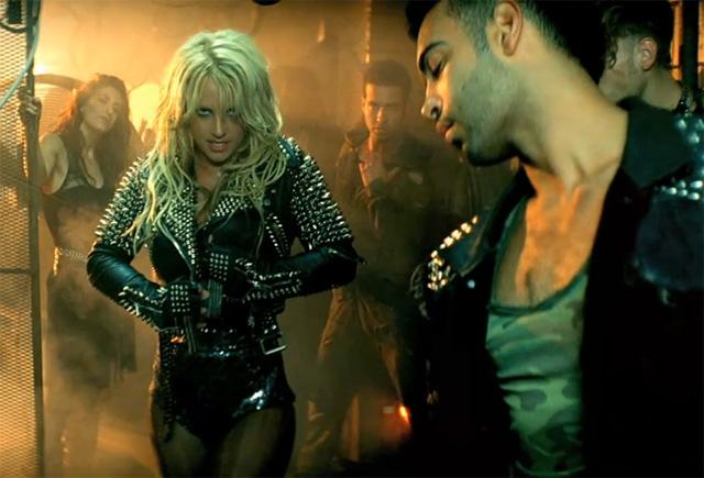 Która lepiej w skórzanej kurtce z ćwiekami z kolekcji Burberry Prorsum na wiosnę i lato 2011: Doda czy Britney Spears
