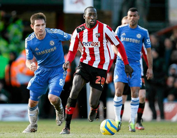 Brentford's Tsoumani Diagouraga, center, controls the ball in front of Chelsea's Frank Lampard, left,  during their English FA Cup fourth round soccer match in London, Sunday, Jan. 27, 2013. The match ended 2-2 draw. (AP Photo/Lefteris Pitarakis)
