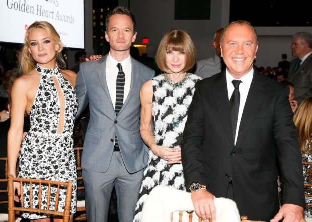 Micheal Kors (najbardziej z prawej) w otoczeniu przyjaciół. Od lewej: aktorka Kate Hudson, aktor Neil Patrick Harris, naczelna amerykańskiego Vogue'a Anna Wintour.