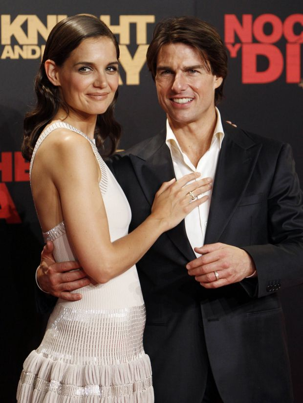 U.S. actor Tom Cruise (R) poses with his wife, actress Katie Holmes, during the world premiere of his film