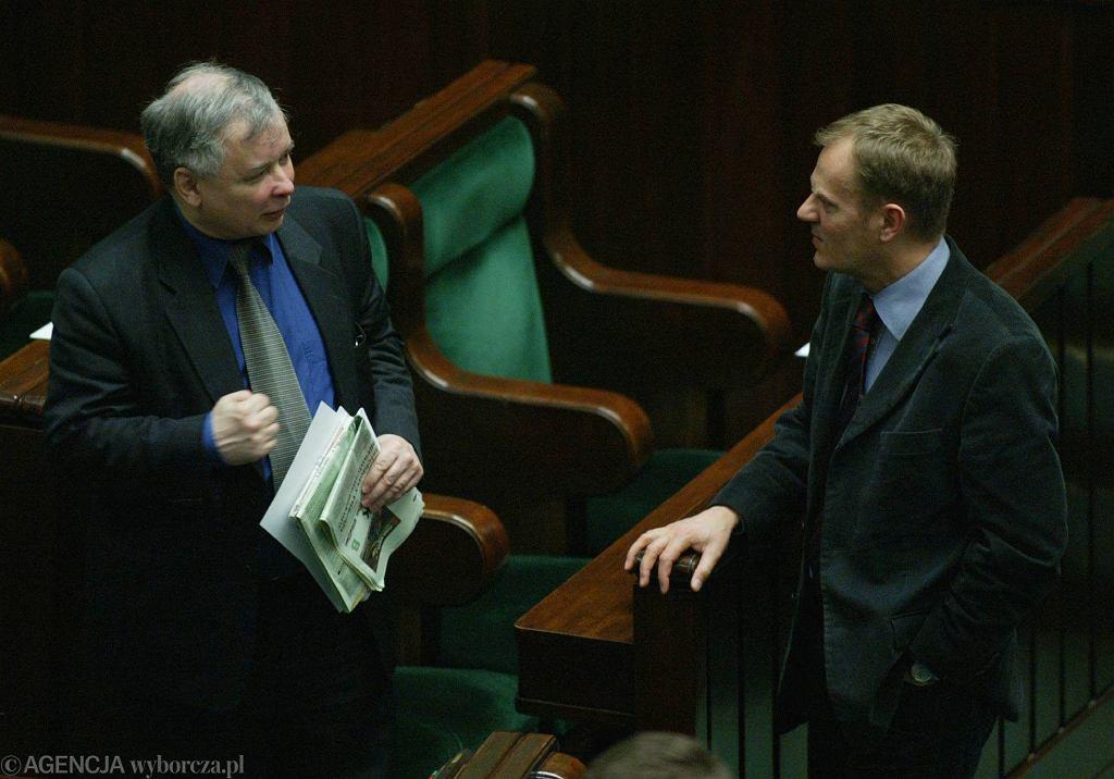 Jarosław Kaczyński i Donald Tusk na posiedzeniu Sejmu, 2005 rok (fot. Wojciech Olkuśnik / Agencja Gazeta)