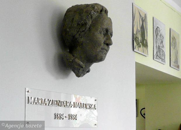 https://bi.gazeta.pl/im/96/60/f5/z16081046Q,Rzezba-Marii-Zientary-Malewskiej-w-Gimnazjum-nr-15.jpg