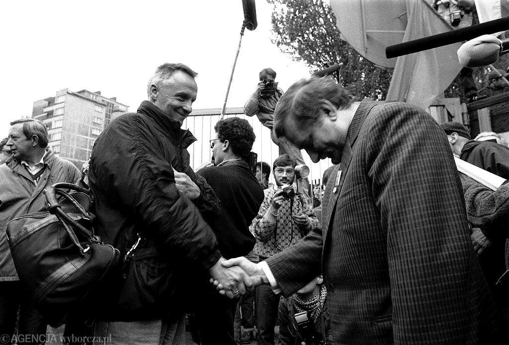 Stefan Niesiołowski i Lech Wałęsa w 1989 r. (fot. Sławomir Sierzputowski)