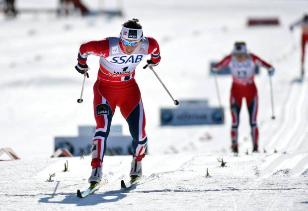 Norway's Marit Bjoergen (L) skis ahead of her compatriot Therese Johaug to win the women's 10km mass start at the Cross-Country World Cup Final in Falun March 23, 2013. REUTERS/Anders Wiklund/Scanpix (SWEDEN - Tags: SPORT SKIING)   ATTENTION EDITORS - THIS IMAGE HAS BEEN SUPPLIED BY A THIRD PARTY. IT IS DISTRIBUTED, EXACTLY AS RECEIVED BY REUTERS, AS A SERVICE TO CLIENTS. SWEDEN OUT. NO COMMERCIAL OR EDITORIAL SALES IN SWEDEN. NO COMMERCIAL SALES SLOWA KLUCZOWE: :rel:d:bm:GF2E93N0ZDS01