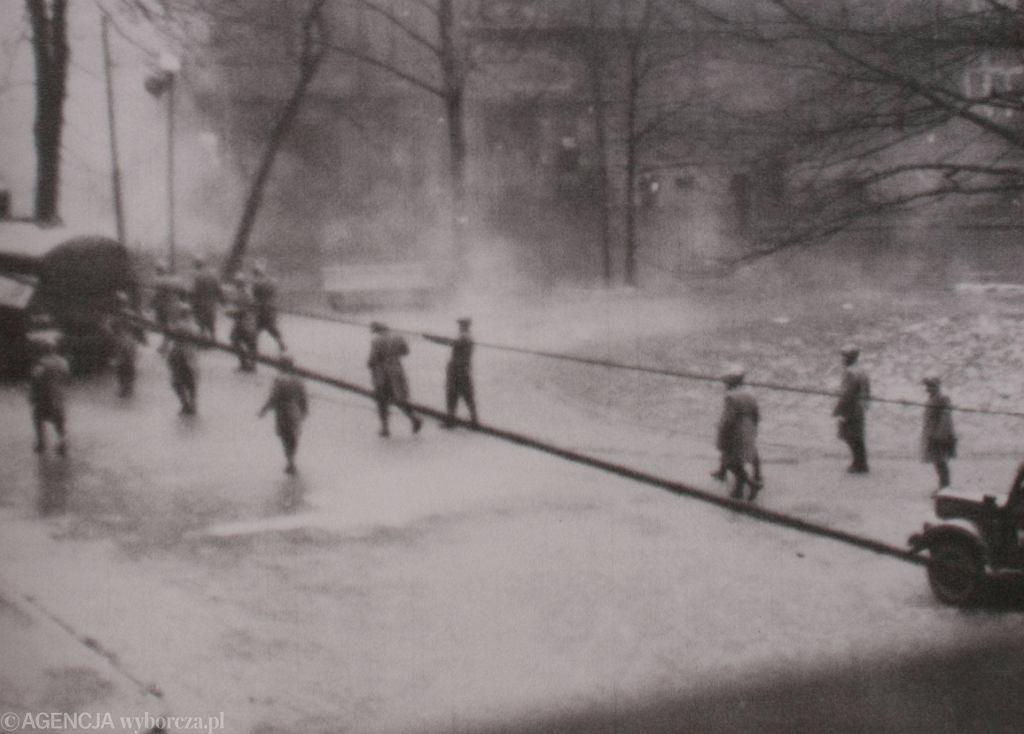 Oddziały MO przed Collegium Novum w Krakowie, Marzec 1968 r., reprodukcja zdjęcia (fot. Michał Łepecki/AG)