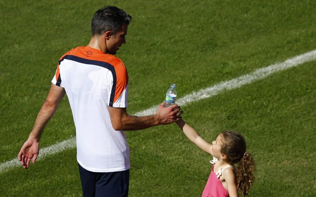 Netherlands' Robin van Persie's daughter Dina gives him water after he attended a training session in Rio de Janeiro June 24, 2014.   REUTERS/Ricardo Moraes (BRAZIL  - Tags:  SOCCER SPORT TPX IMAGES OF THE DAY WORLD CUP)