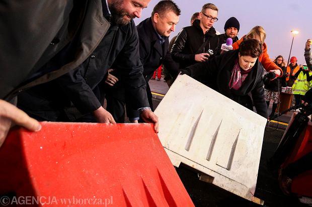 )Otwarcie mostu Lazienkowskiego po pozarze