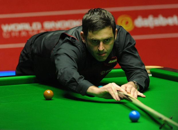 England's Ronnie O'Sullivan in action during the final session of the World Snooker Championships against England's Mark Selby at The Crucible, Sheffield, England, Monday May 5, 2014. (AP Photo/PA, Anna Gowthorpe) UNITED KINGDOM OUT  NO SALES  NO ARCHIVE