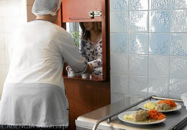 Obiady z polskich stołówek szkolnych są zadziwiająco podobne do tych, które serwowano nam w dzieciństwie.