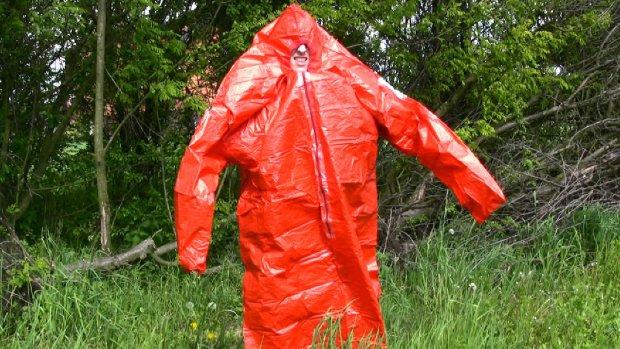 Worek ratunkowy ma wiele zastosować. Chroni przed zimnem, ale można w nim także przenieść wodę (fot. xxx)