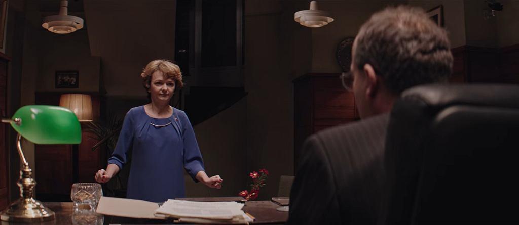 Panią Basię w ''Uchu Prezesa'' gra Iza Dąbrowska (fot. kadr z serialu ''Ucho Prezesa'' / YouTube.com)