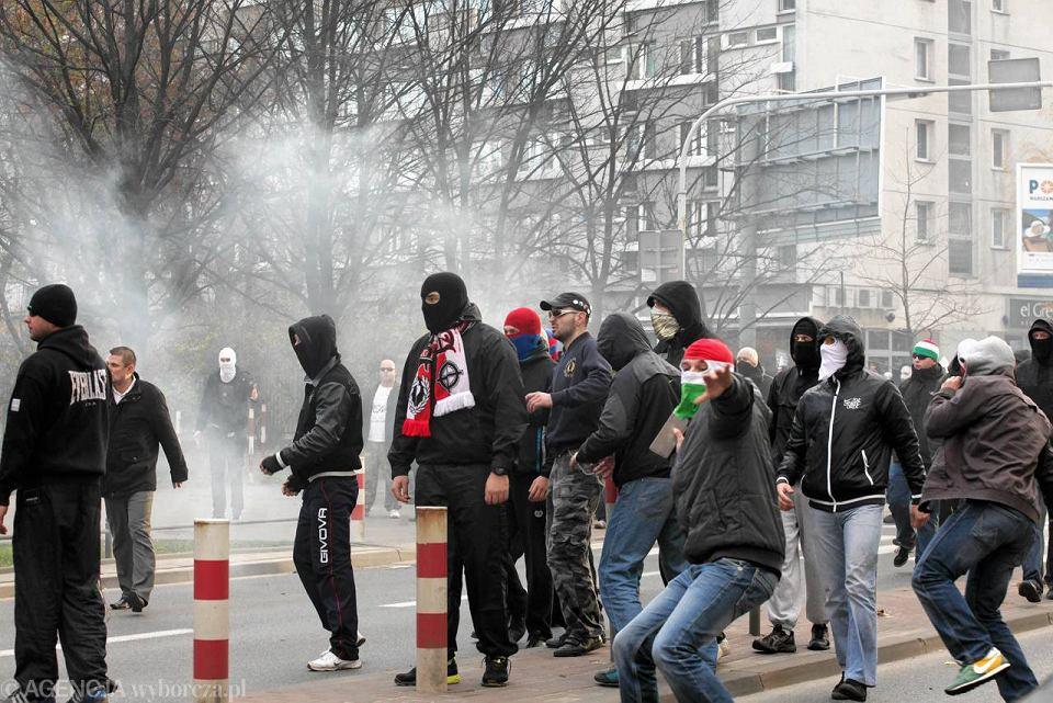 https://bi.gazeta.pl/im/a9/d9/c3/z12835241V,Starcia-chuliganow-z-policja-na-ul--Grzybowskiej.jpg