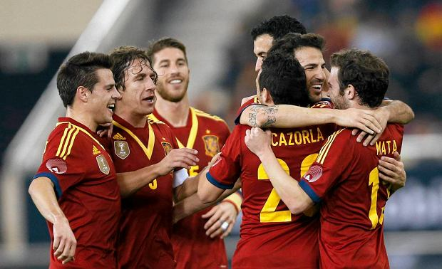 Spain's players celebrate a goal against Uruguay during their international friendly soccer match in Doha February 6, 2013. REUTERS/ Fadi Al-Assaad (QATAR - Tags: SPORT SOCCER) SLOWA KLUCZOWE: :rel:d:bm:GF2E9261FDL01